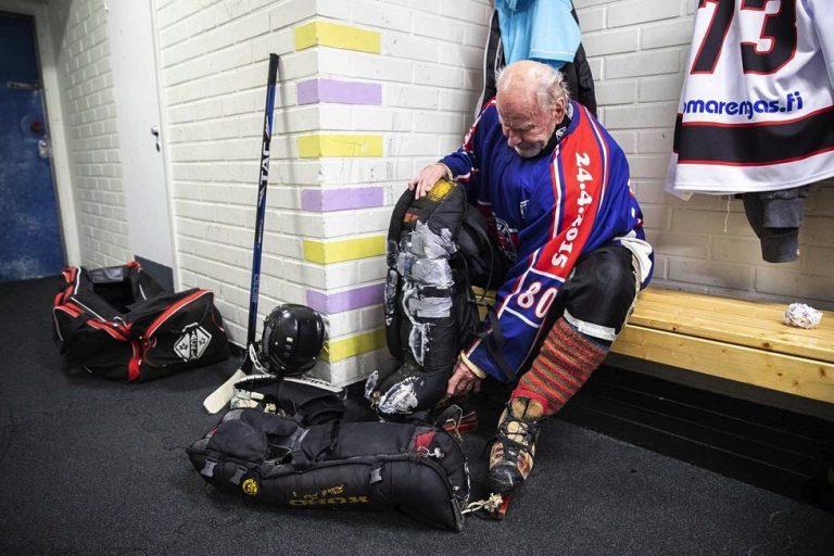 Kalevi 84-vuotias pelaa maalivahtina